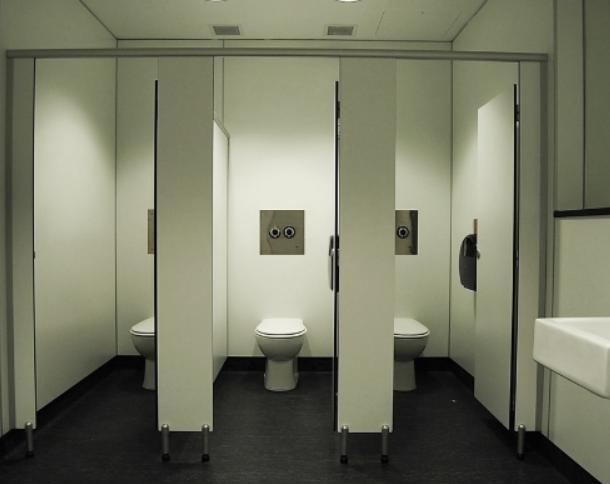 Khi thi công vách ngăn vệ sinh cần lưu ý điều gì?