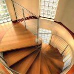 Cầu thang ngược chiều kim đồng hồ có tốt không?