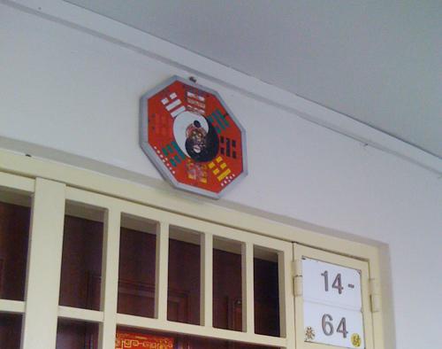 Treo gương trước cửa nhà – HỌA HẠI hay MAY MẮN