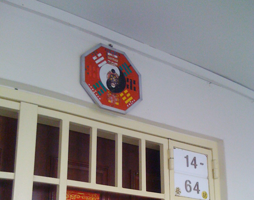 treo-guong-truoc-cua-nha-1