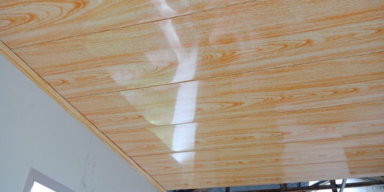 trần xốp cách nhiệt vân gỗ sáng